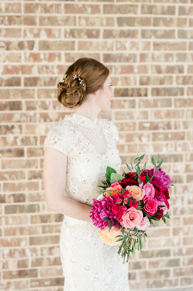 bride holding pink bouquet at dove ridge vineyard, dallas wedding photographer